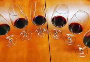 6 lasia, joissa on punaviiniä.