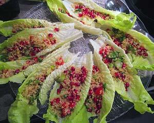 Lähi-idän mezet: tabbouleh-veneet ja granaattiomenan siemeniä.