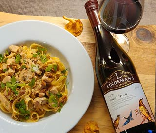 Kana-kantarellipasta ja Lindeman's Pinot Noir