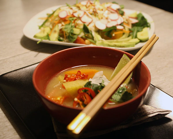 Vietnamilaistyylinen hapanimelä madekeitto