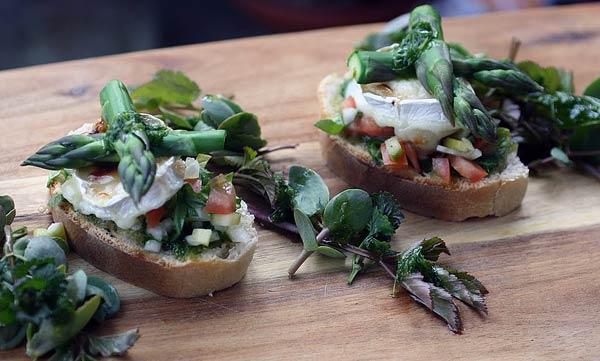 Vuohenjuusto-parsacrostinit