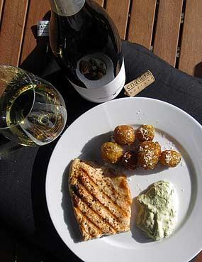 Nieriää, pesto-tuorejuustomoussea, uusia perunoita ja Blanc d'Enguera