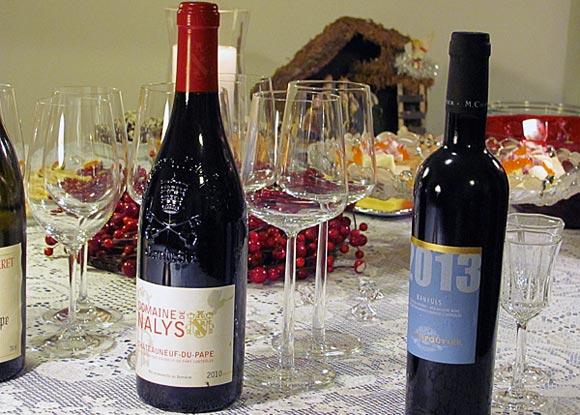 Kaksi ranskalaista viiniä joulupöydässä