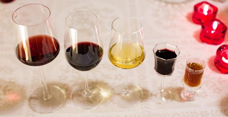 Suklaatastingin viinit lasissa