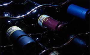 Viinipulloja viinikaapissa