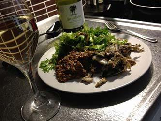 [kuva: Rapeita chilimuikkuja, kanttarellimuhennos ja marinoitu vihreä salaatti paahdetulla pähkinä/siemensekoituksella.]